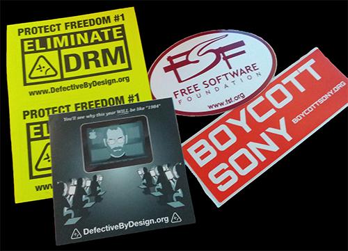 Alcuni adesivi della FSF che ne testimoniano l'ostilità verso il software proprietario