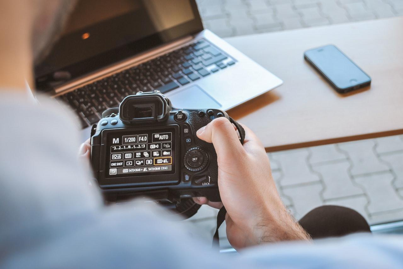 Web design: fotografie stock, professionali o autoproduzione?