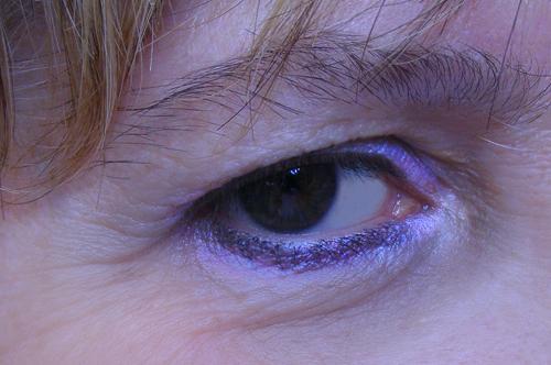 accentuazione delle zone di luce dell'occhio e del trucco