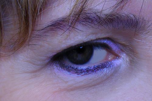 accentuazione delle zone d'ombra dell'occhio e del trucco