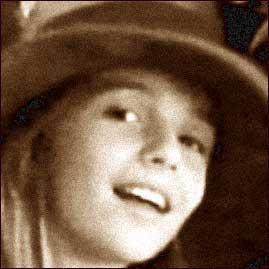 Immagine in primo piano di una ragazza presa dal gruppo