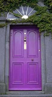 Immagine finale: porta colorata di viola